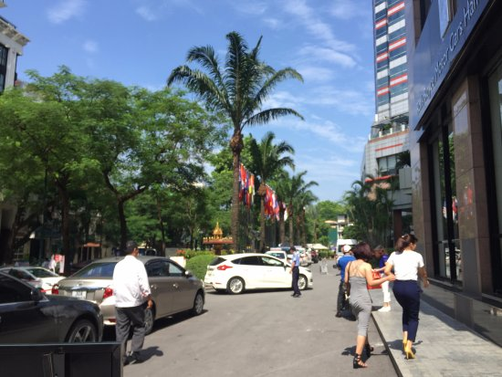 Melia Hanoi: Parking at front yard
