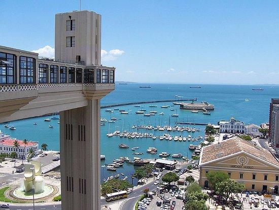 Mercado Modelo: Esta é a vista que temos da Cidade Alta, do lado direito do Elevador Lacerda, do Mercado Modelo.