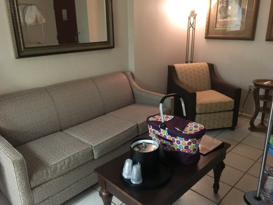 Holiday Inn Hotel & Suites Ocean City: The living room area