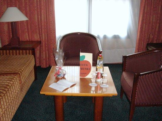 Le petit salon de la chambre avec accueil personnalis for Le salon east nyc
