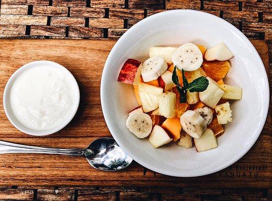Mangoes Resort Restaurant & Bar : Fresh fruit salad with natural yoghurt for breakfast