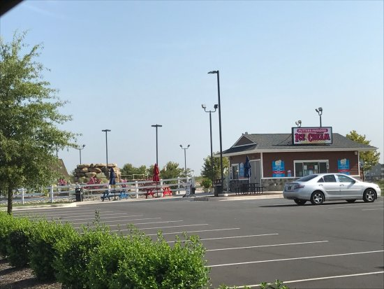 Middletown, DE: Putters Paradise from across the parking lot