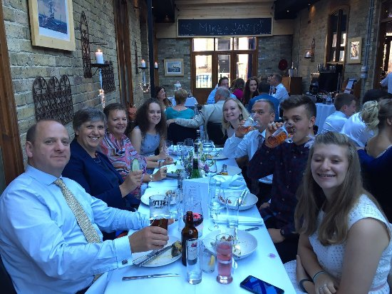 The Court Yard Bar and Restaurant: Happy guests