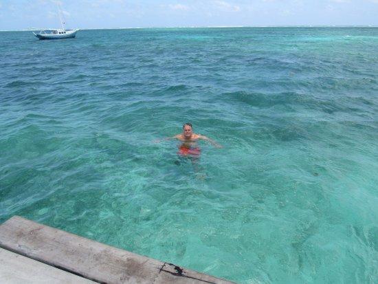 The Phoenix Resort: Frente al Hotel te puedes lanzar al mar desde el muelle