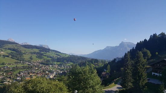 Vue meg ve et montgolfi res photo de hotel l 39 arboisie for Hotels 3 etoiles megeve