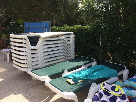 Apartamentos Cala d'Or Playa: Plenty of sun beds and fantastic entertainment