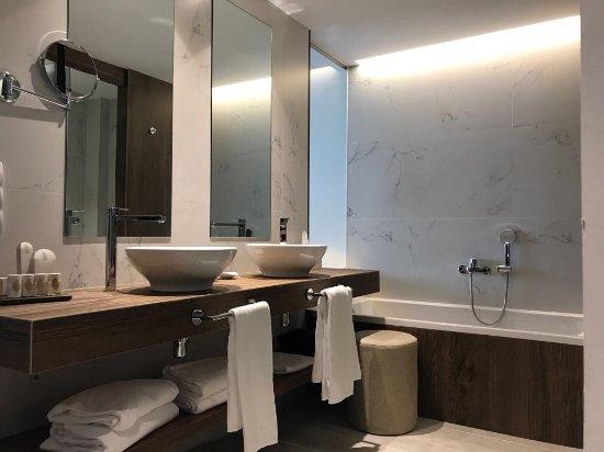salle de bains avec baignoir et douche à l\'italienne - Bild von ...