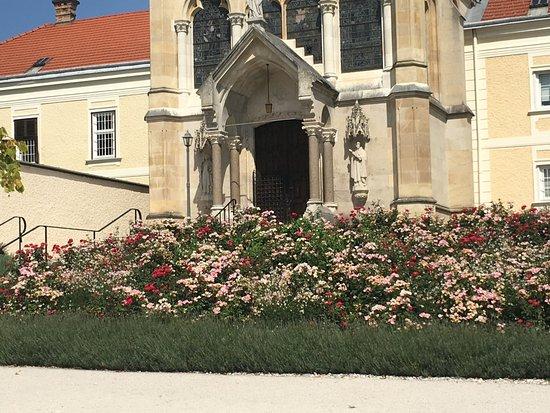 Mayerling, Austria: Rosengarten vor dem Kloster