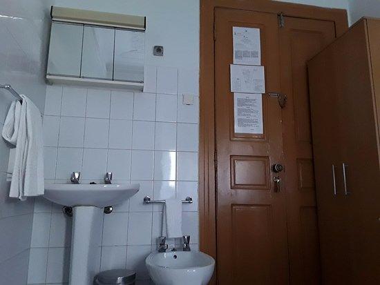 Residencial Roxi: Lavabo, puerta y armario de la habitación