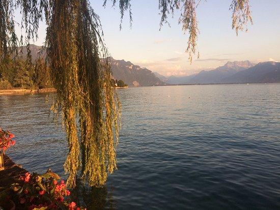 """La Tour-de-Peilz, Szwajcaria: Vue depuis une table """"les pieds dans l'eau"""""""