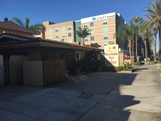 Anaheim Islander Inn and Suites: Our first view of the Anaheim Islander Inn on our last trip