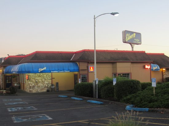 Roseburg, Oregón: Elmer's restaurant was just a walk across the parking lot!