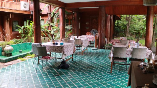 Ruen Come In: outdoor eating area where we ate breakfast every morning right next to the pool