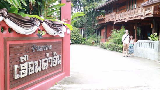 Ruen Come In: Standing at the front entrance to hotel looking into the hotel grounds.