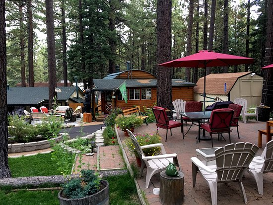 Heavenly Valley Lodge Bed & Breakfast: Outdoor patio with firepit patio and Lodge in the background