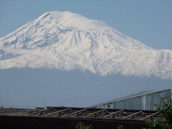 Caucasian Mountains: Арарат висит над крышами