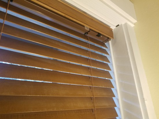 Tamarack Lodge: Broken blinds