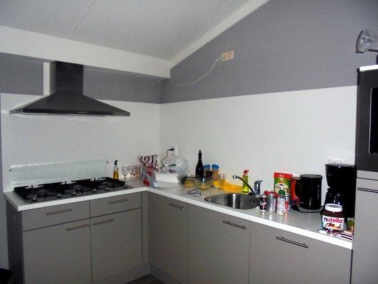Goed en volledig ingerichte moderne keuken met vaatvasser