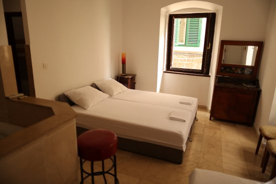 Malena Palace: bedroom with one double and two twin beds