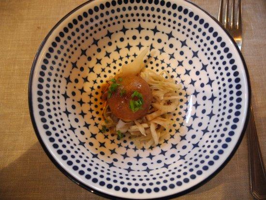 Sankt Georgen am Längsee, Austria: kleiner Grammelknödel auf Krautsalat (aus dem Überraschungsmenü)