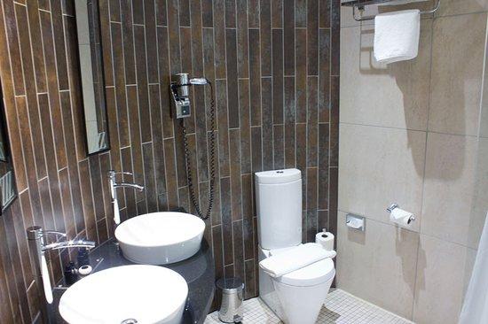 Roomzzz Manchester City: Bathroom.