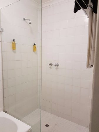 Tudor Hotel: ....nice shower