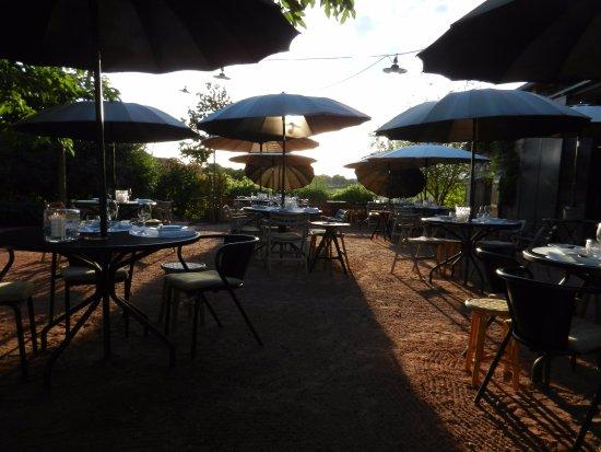 Iguerande, Prancis: Terrasse au soleil couchant