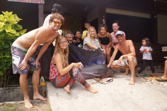Krui Surfcamp - Palm Beach Krui: Group Photo with the Merlin for our BBQ