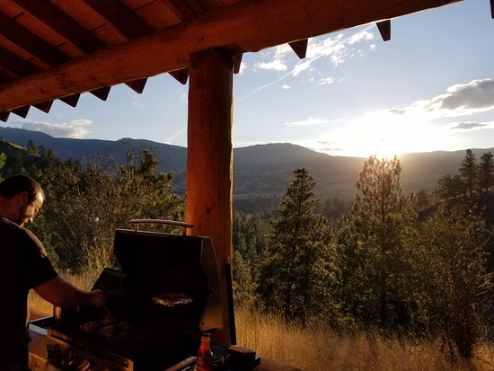 High Chaparral Guest House: BBQ view - amazing! Got to watch the sun set every night.