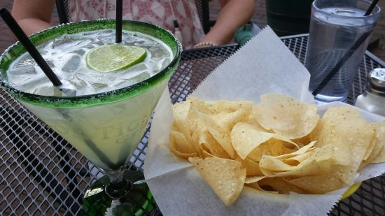 Los Tios Grill: Margarita and chips were very tasty!