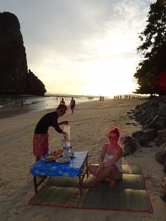 Andaman Camp and Day Cruise: Polla preparando la barbacoa en Phranang