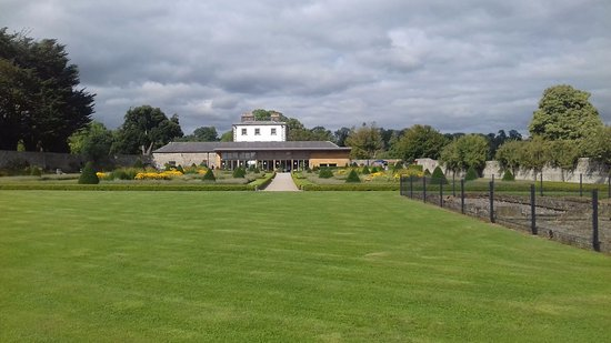 County Meath, Irlanda: Walled garden to house