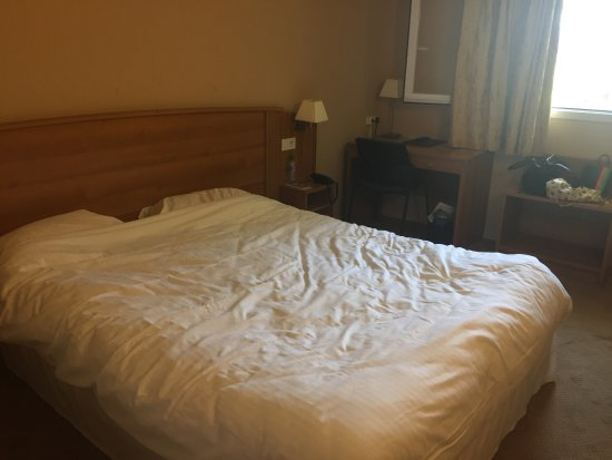 Avrille, France: The hotel web site shows beautiful photos of renovated room .  Please look at the room they gave