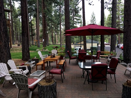 Heavenly Valley Lodge Bed & Breakfast: Top patio with large lawn area for garden games in the background