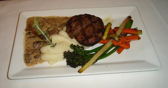 Cadwalladers Cafe: Filet cooked to perfection.