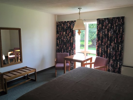 T-Bird Motor Inn: Clean,basic room with windows you can open