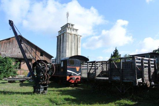 Pacy-sur-Eure, France: Dans la gare abandonnée , vieilles machines et fer rouillé !!!