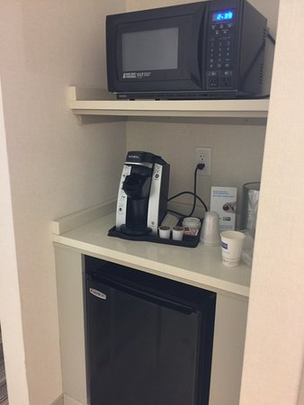 Holiday Inn Express Lexington: little fridge, microwave, and coffee