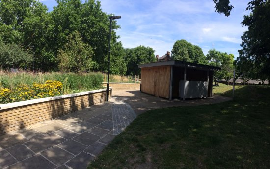 London Fields Park: The rather strange open urinal at the SE edge of London Fields