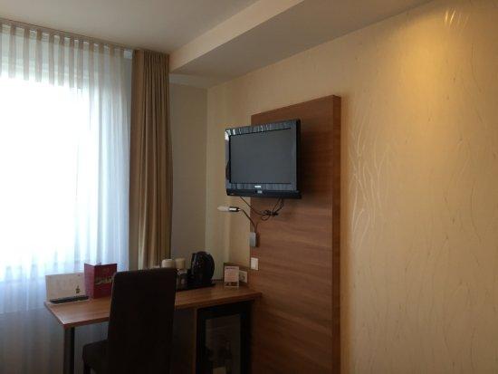 Hotel Cristal : Desk/TV