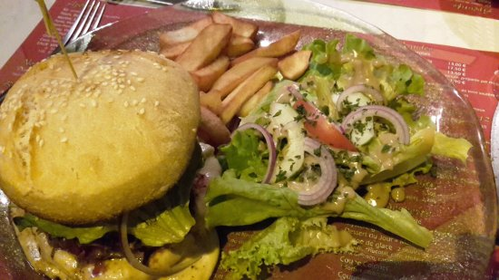 Commentry, فرنسا: burger au cantal