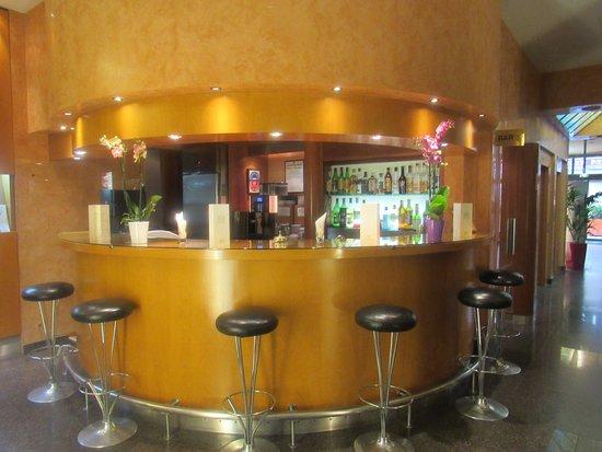 Opera Cadet Hotel: Retro wood bar off the lobby.