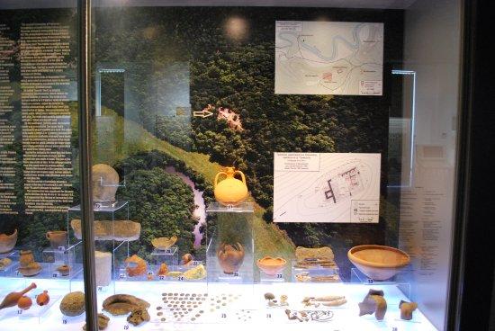 Primorsko, Bułgaria: Экспонаты с раскопок в Фармакиде с планом крепости в районе р.Ропотамо