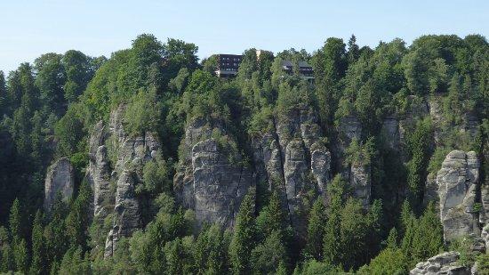 Bastei, Alemanha: Wunderschöne Lage des Hotels