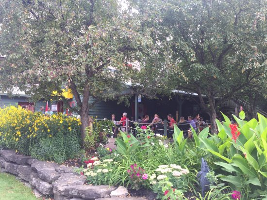 Merrickville, แคนาดา: Outdoor patio at the Yellow Canoe Cafe