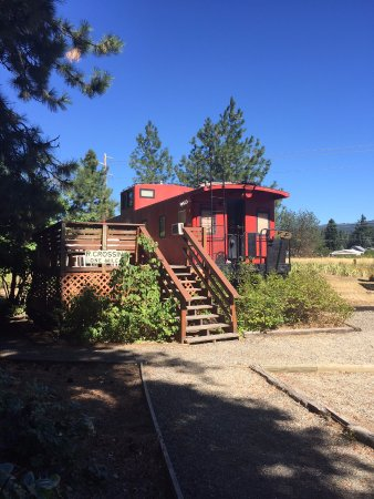Iron Horse Inn Bed & Breakfast: The Southern Pacific caboose & deck!