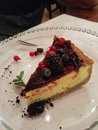 La Posada: - Tortino con cuore di cioccolato e frutti di bosco - Cheescake ai frutti di bosco - mascarpone