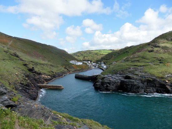 Boscastle, UK: The harbour walls certainly calm the sea swell outside the harbour.