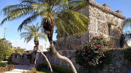 Coral Castle: Entrada