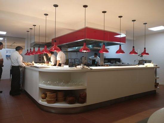 Le Chique: Vista de la Cocina desde la Mesa del Chef